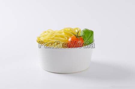 cooked spaghetti in bowl