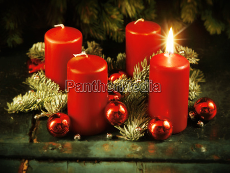 xmas advent wreath with one lighted