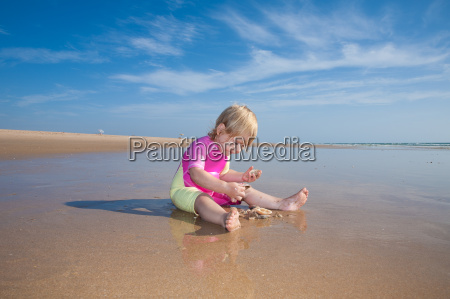 baby counting sea shells