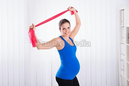 schwangere frau die uebung tut