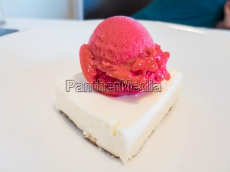 strawberry ice cream on cheese cake