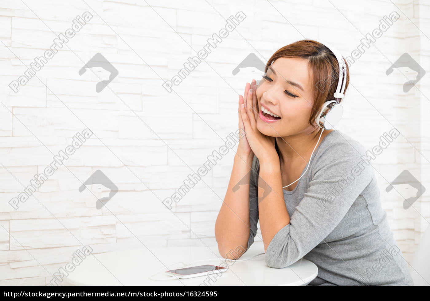 woman, listening, to, music - 16324595
