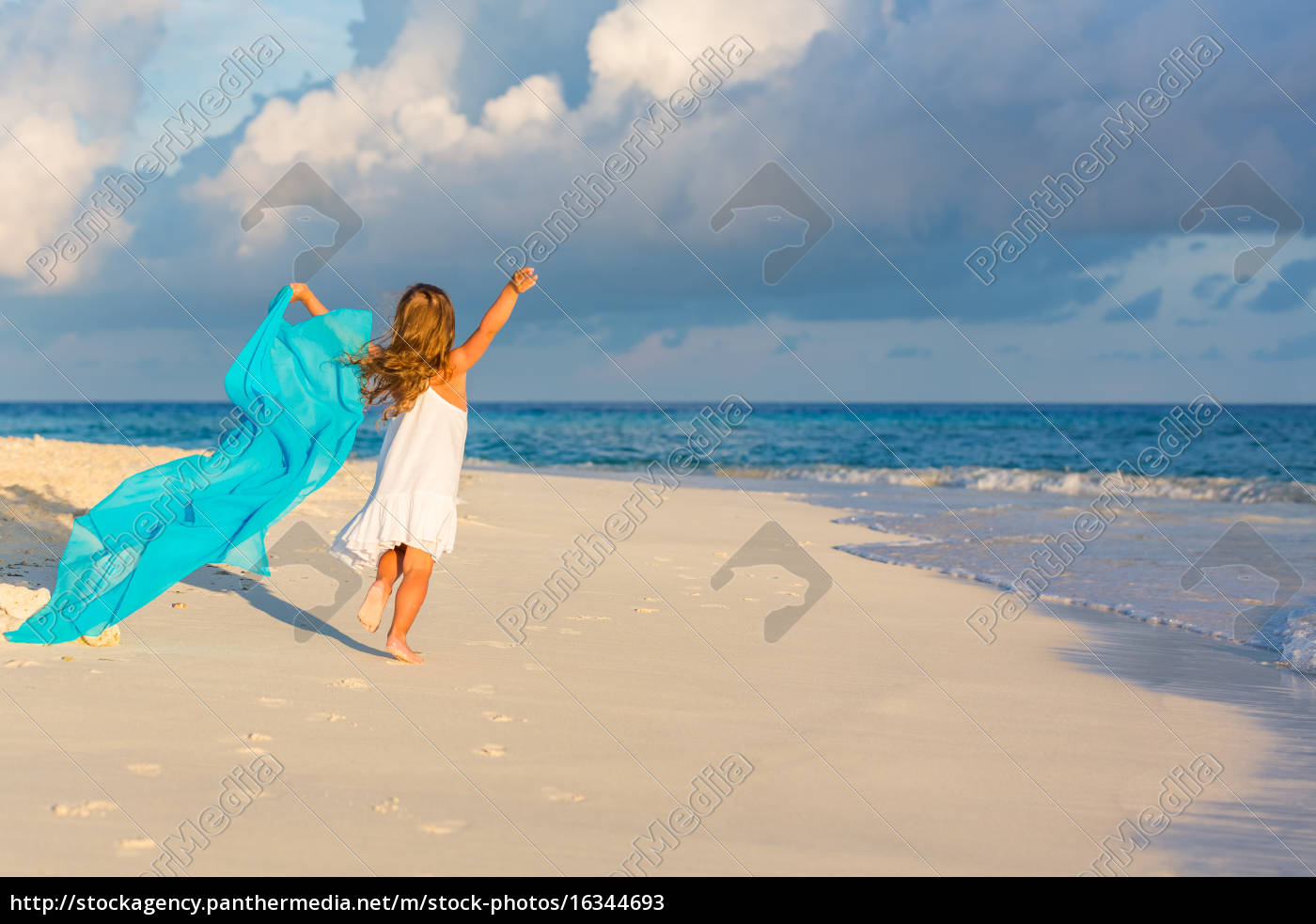 little, girl, on, the, beach - 16344693