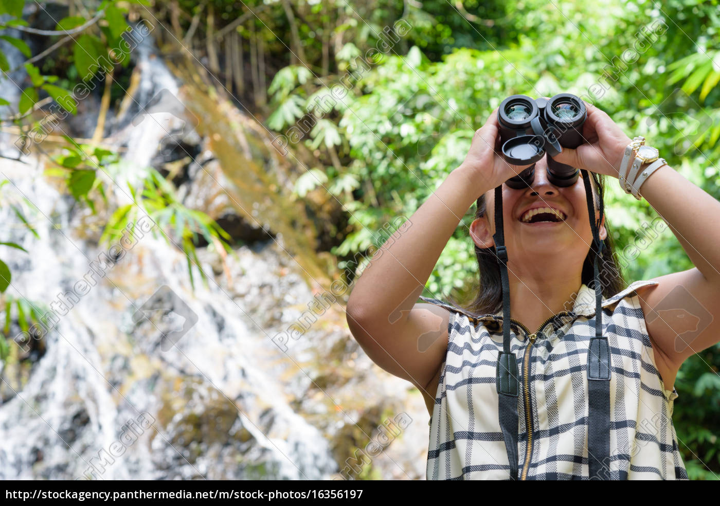 girl, using, binoculars, in, forest - 16356197