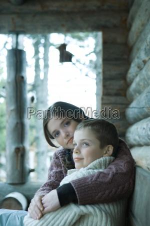 menina adolescente sentado com o braco