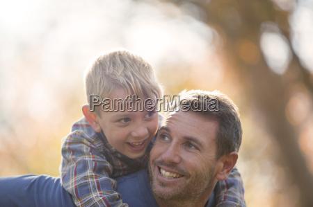 carinyoso padre e hijo a cuestas