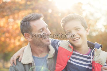 retrato sonriente padre e hijo delante