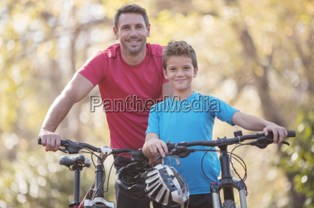 retrato padre e hijo en bicicleta