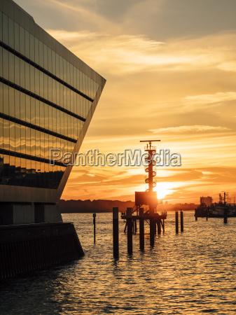 deutschland hamburg sunset and office building