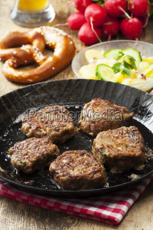 bayerischen fleischbaellchen in einer pfanne