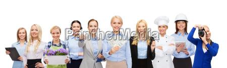mulher segurando dinheiro sobre trabalhadores profissionais