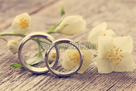wedding rings with wild flower