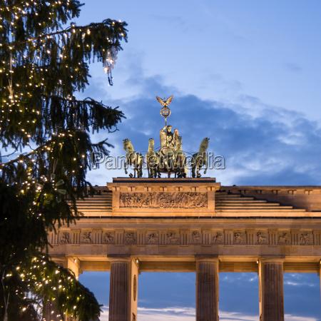 brandenburger tor at christmas time