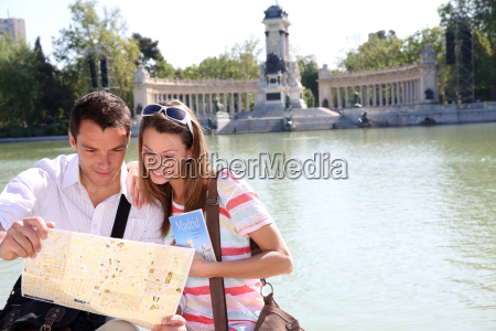 couple in retiro park of madrid