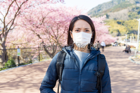 woman suffer from pollen allergy