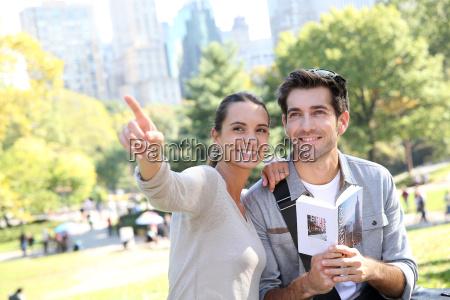 paar touristen auf reises fuehrung in