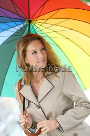 frau an einem regnerischen tag mit
