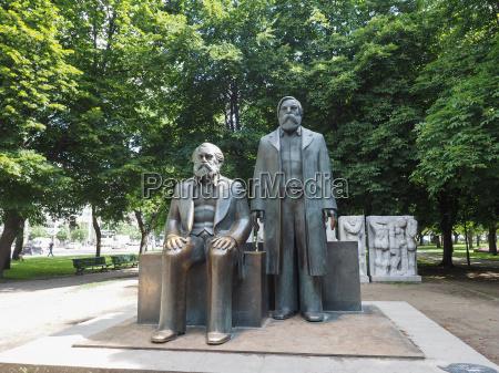 marx engels forum statue in berlin