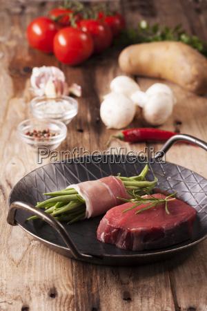 rohes steak in einer eisenpfanne