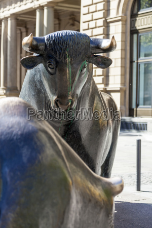 the bull and bear statues at
