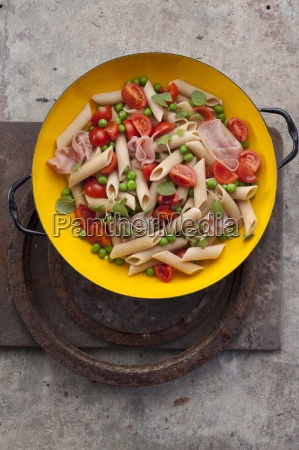 pasta salad with penne tomatoes peas