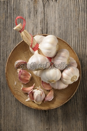 a string of garlic and cloves