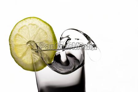 zitronenscheibe an einem wasserglas