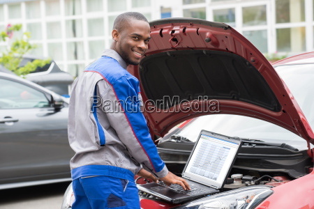 mechanic with laptop in front of
