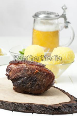 bayerischen gebratenes schweinefleisch auf holz