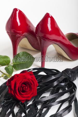 rote high heels auf weissem hintergrund