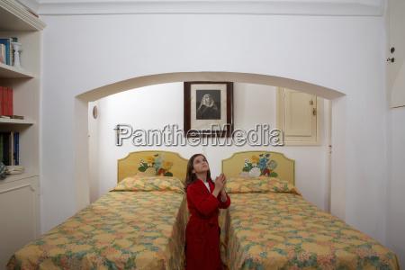 girl in bedroom praying