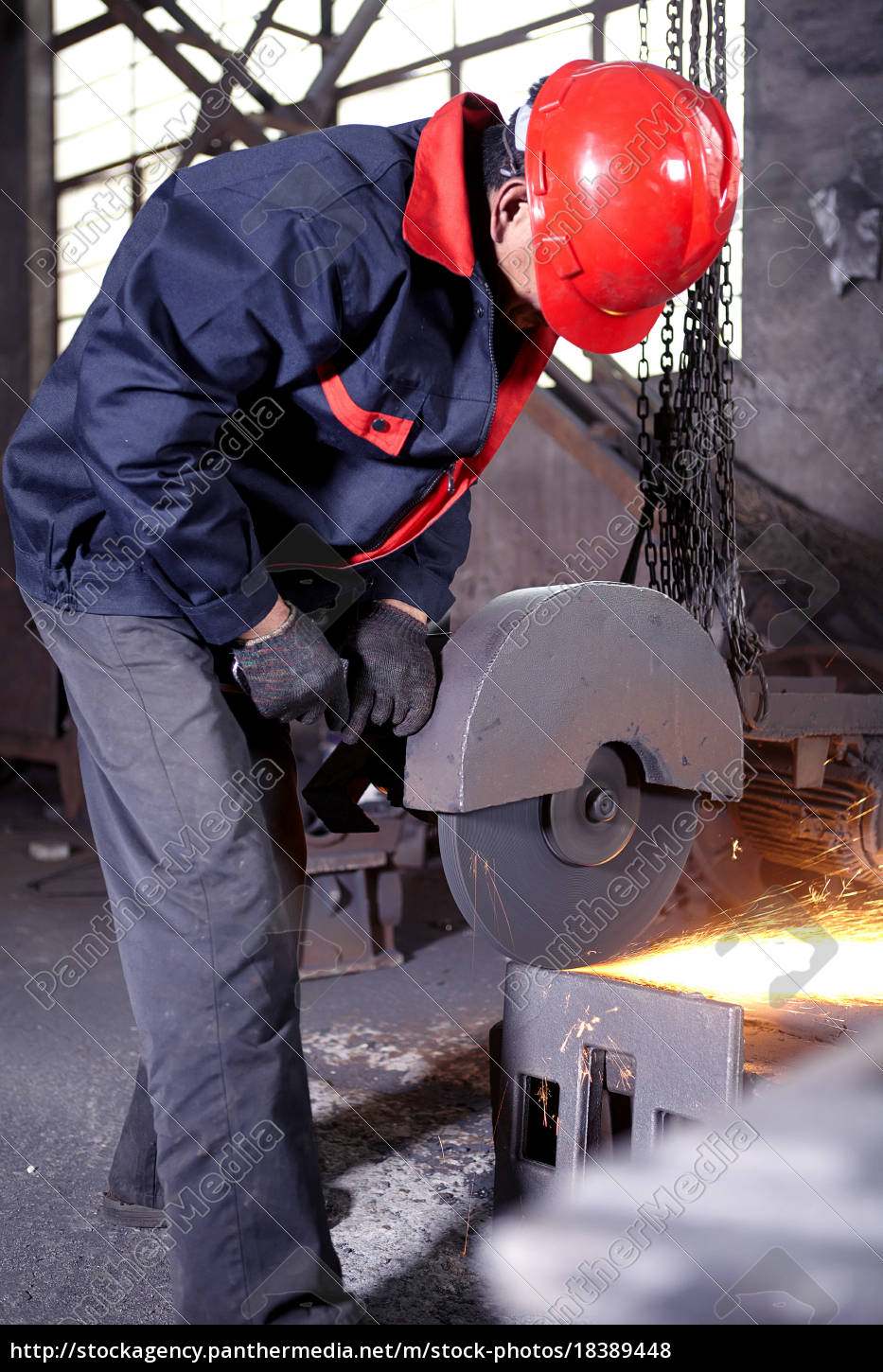 working, in, cast, iron, foundry - 18389448