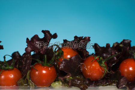 lettuce and tomatoes splashing in water