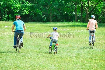 familie reiten des fahrrad in den