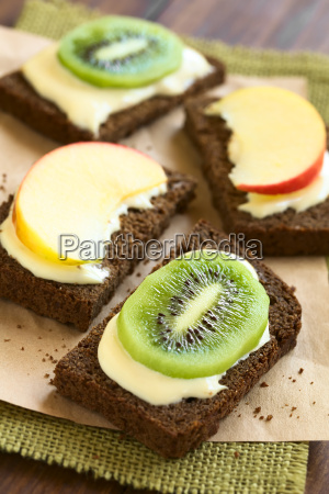 cream cheese apple and kiwi sandwiches
