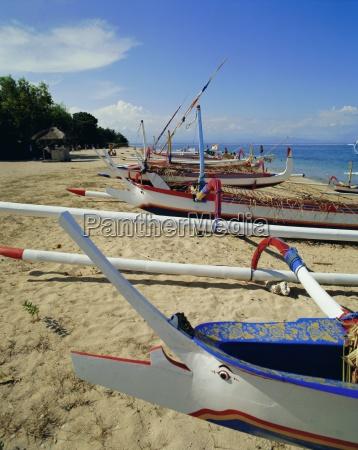 prahobarcos estabilizadores localesla playa de sanurbaliindonesiaasia