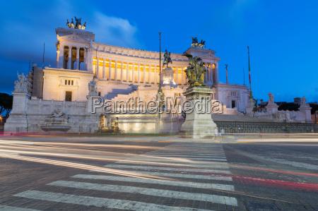 moving traffic around piazza venezia with