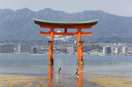 floating torii gate itsukushima jinja shrine