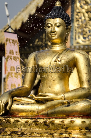the buddha statue at wat phra