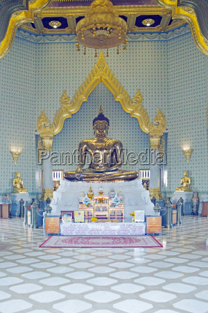 the interior of wat traimit temple
