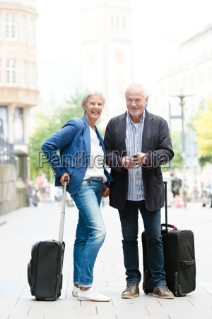senior, couple, with, suitcases - 19129583