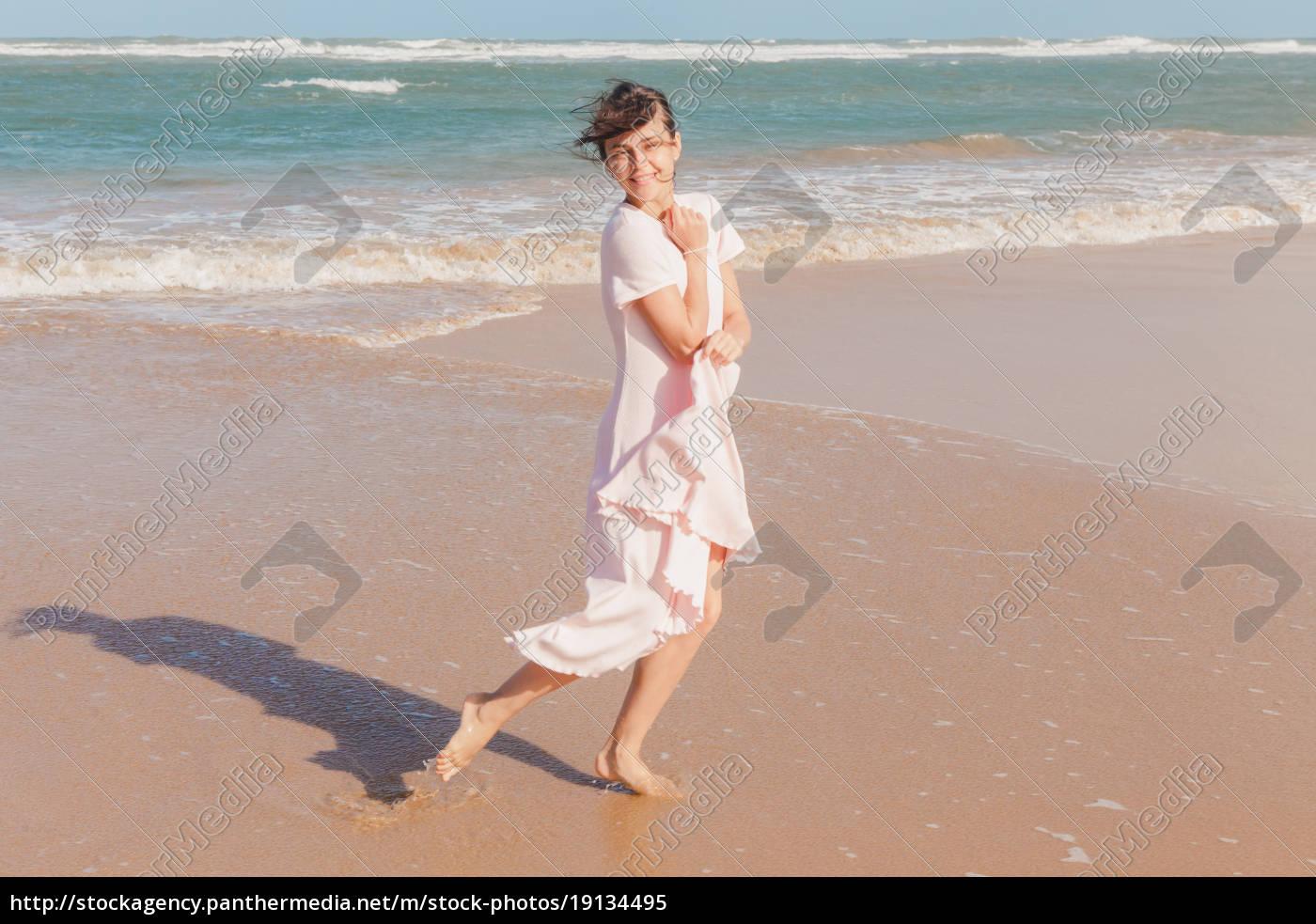 woman, legs, walking, on, the, beach - 19134495