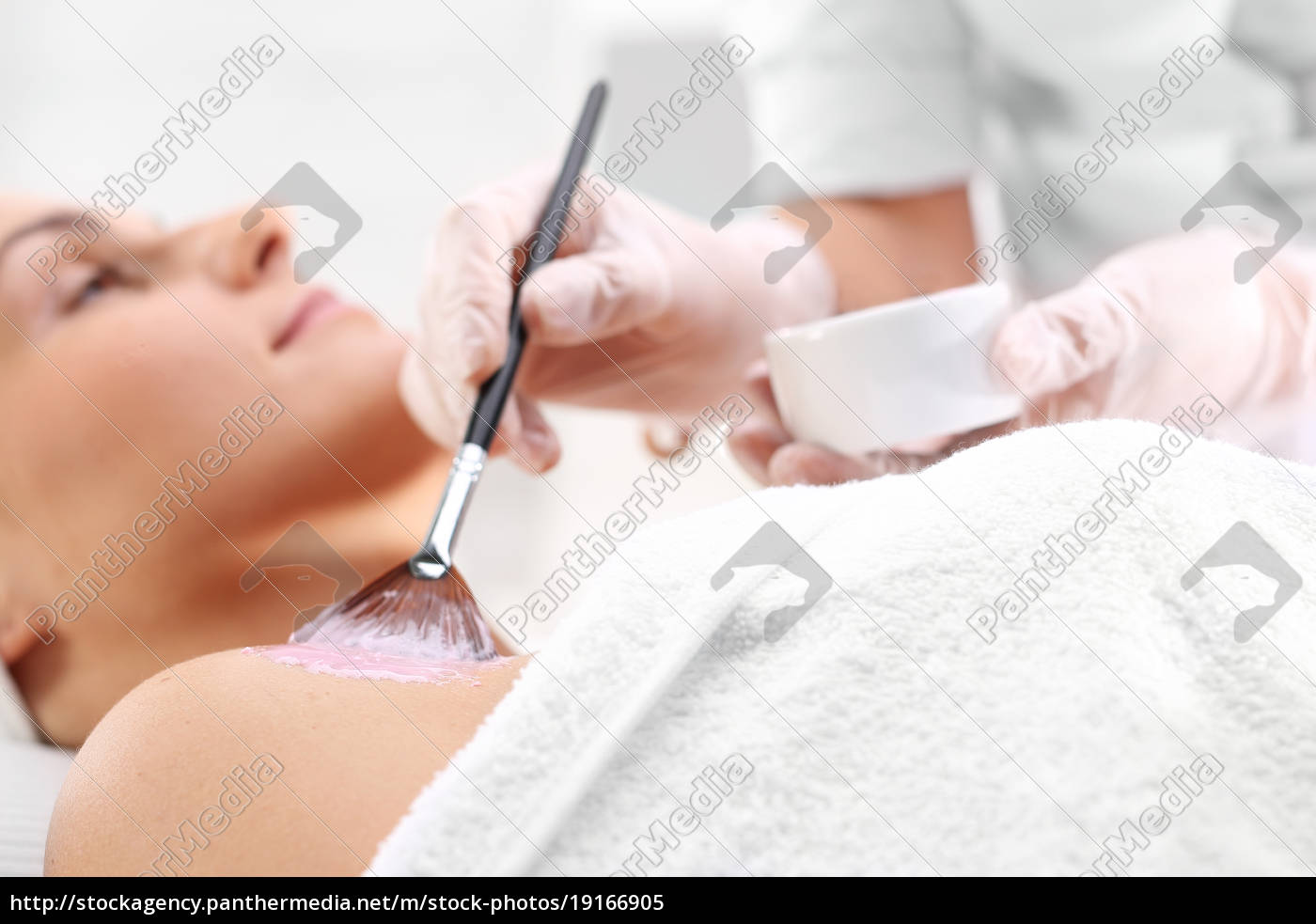 applying, a, mask, in, a, beauty - 19166905