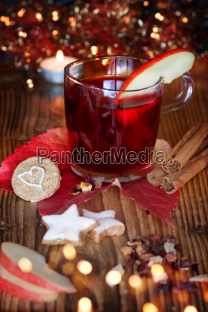 mulled wine with christmas cookies