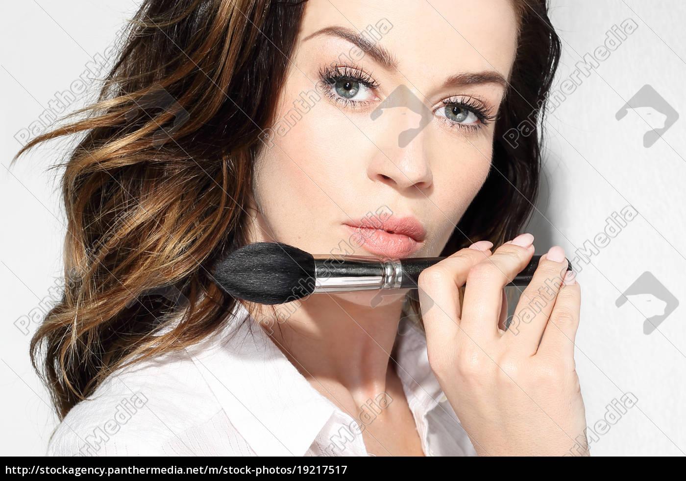 modeling, of, facial, makeup, brush. - 19217517