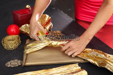 kobieta pakuje prezenty krok po kroku
