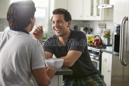 conversacion risilla sonrisas hombres hombre ocio
