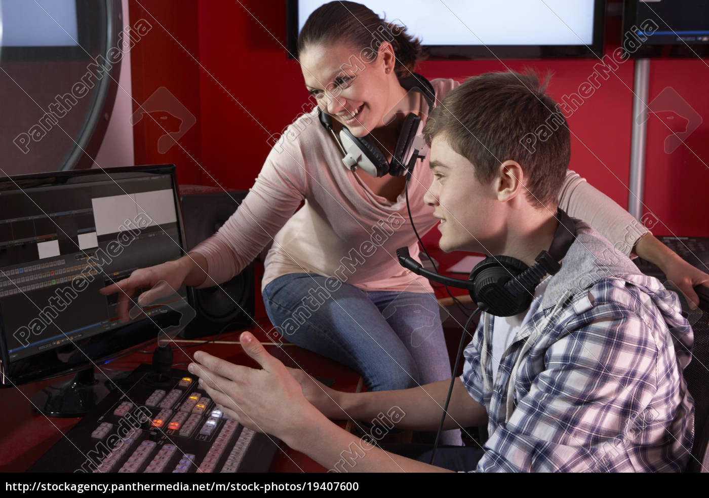 media, student, with, tutor, working, in - 19407600