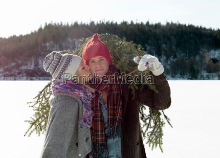 coppia con albero di natale