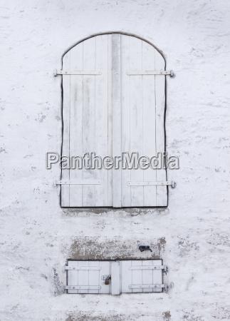 old windows with shutters geschlossenenen